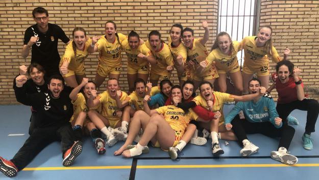 Imatge de les jugadores de Xavi Vilella amb el tècnic celebrant la classificació / Foto: Federació Catalana d'Handbol