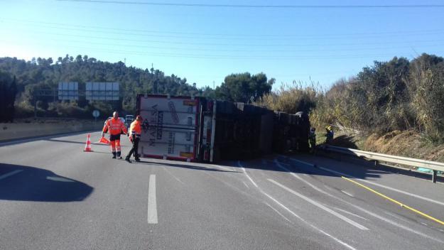 El camió bolcat a l'AP-7 / Foto: Servei Català de Trànsit