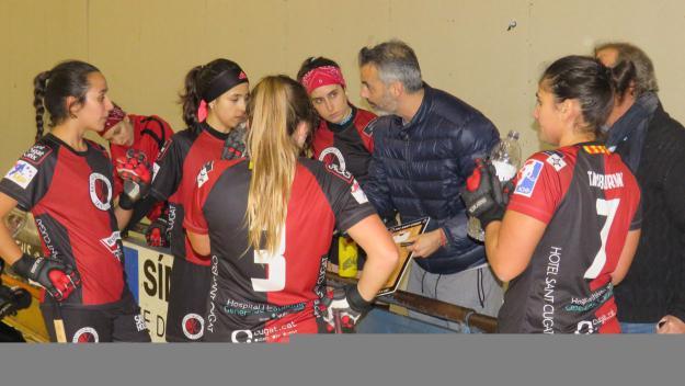 Les jugadores vermell-i-negres amb l'entrenador Beto Borregan / Foto: Cugat Mèdia