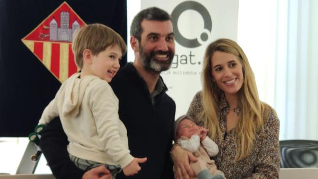 La primera santcugatenca de l'any, Abril Osa Grau, amb els seus pares i germà / Foto: Cugat.cat