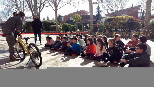 Els alumnes de l'escola Catalunya aprenen a reparar bicicletes