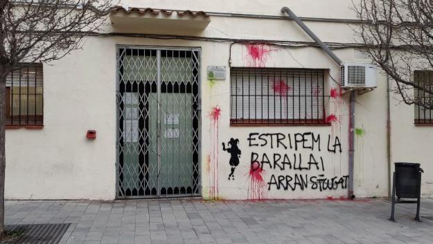 Arran assenyala amb pintura la comissaria de la Policia Nacional de Sant Cugat
