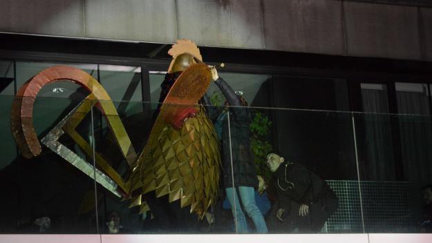 El Gall de Carnaval baixa avui del cimbori del Monestir per declarar l'estat de festa