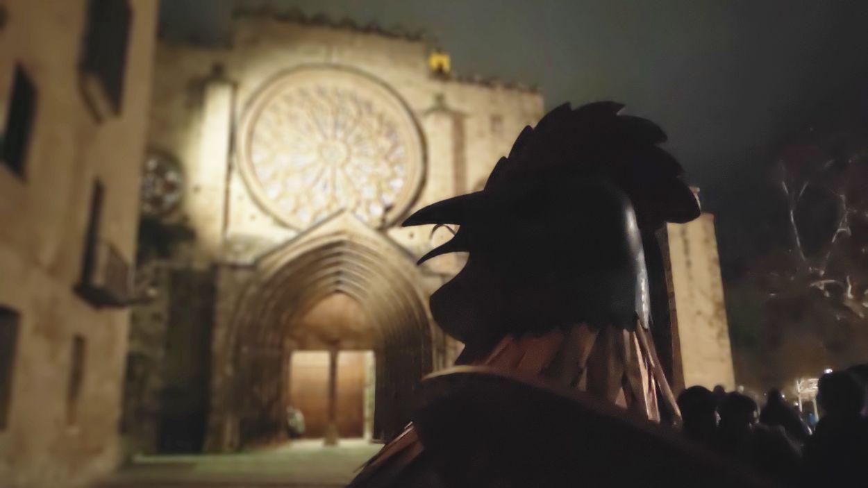 El Gall de Carnaval torna al cimbori del Monestir i posa fi a la disbauxa