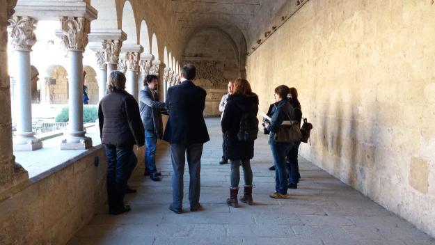 La visita ha fet un recorregut pels capitells amb representació femenina / Foto: Cugat.cat