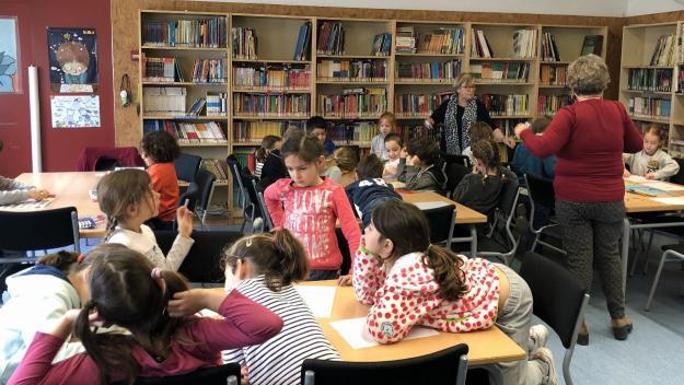 Mestres jubilats que tornen a l'escola per reforçar la lectoescriptura