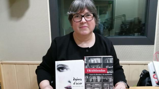 Anna Casamitjana, amb les seves dues obres / Foto: Cugat.cat