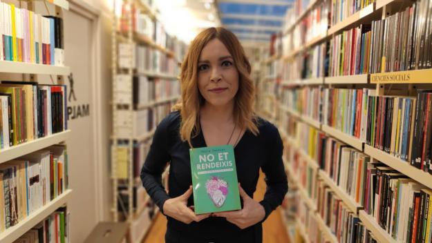L'actriu Tània Sarrias amb el seu primer llibre, 'No et rendeixis' / Foto: Cugat.cat