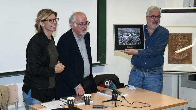 L'alcaldessa ha fet una entrega d'una fotografia amb motiu dels 25 anys del GEL / Foto: Localpres