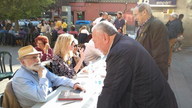 Els autors han firmat exemplars dels seus llibres / Foto: Cugat.cat