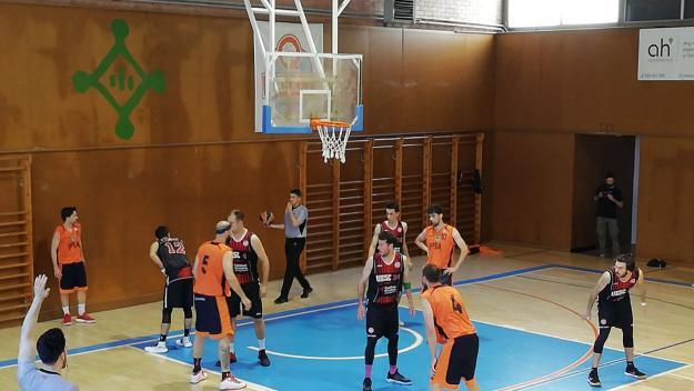 Imatge del partit entre la UESC i el Bàsquet Pia Sabadell / Font: Cugat.cat