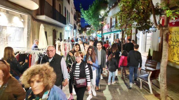 Els carrers de la ciutat s'han omplert per celebrar la Nit en Blanc / Foto: Cugat.cat