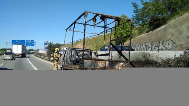 Calcinat un camió amb tèxtil a l'AP-7 a Sant Cugat