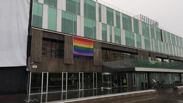 L'Ajuntament ha penjat la bandera del col·lectiu a la façana / Foto: Premsa Ajuntament