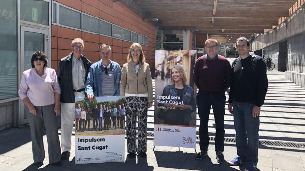 Membres de la candidatura d'ERC-MES davant dels pavellons de la Rambla del Celler / Foto: Cugat Mèdia