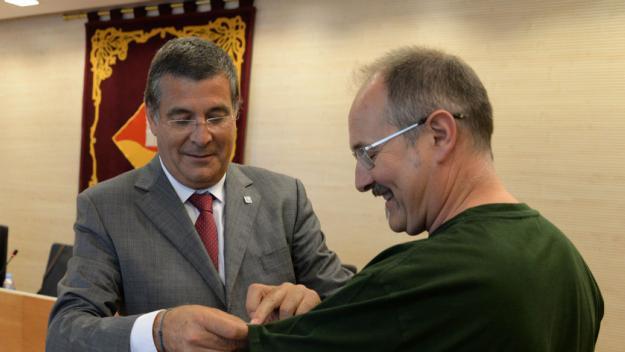 Aquesta escena es repetirà: Josep Puig, com a president, posant la insígnia a Ferran Margineda / Foto: Localpres
