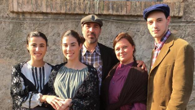 Guimerà, la segona per la dreta, en una foto de família del rodatge / Foto: Cedida