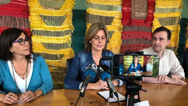 Carmela Fortuny al centre durant la compareixença amb Josep Lluís Lliberia i Cristina Paraira