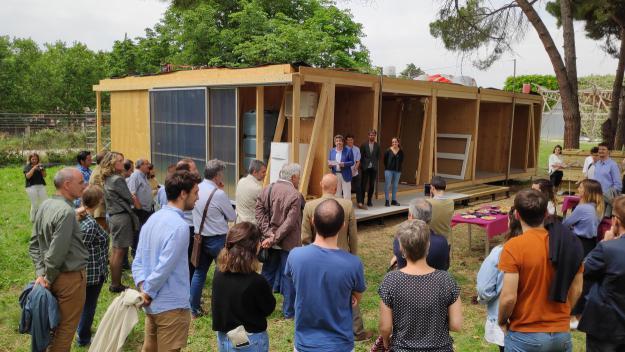 L'equip d'estudiants de la UPC ha presentat la casa sostenible a l'ETSAV / Foto: Cugat Mèdia