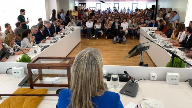 '155' contra '3%': encreuament de crits i proclames a la constitució del nou ple municipal