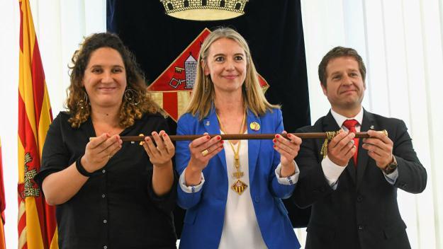 Mireia Ingla al centre amb els socis de govern Pere Soler i Núria Gibert / Foto: Localpres