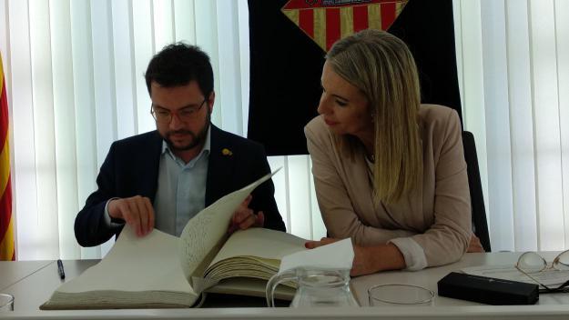 Mireia Ingla amb Pere Aragonès a la Sala de Plens / Foto: Cugat Mèdia