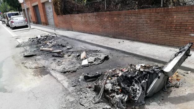 Cremen set contenidors la nit de divendres a dissabte