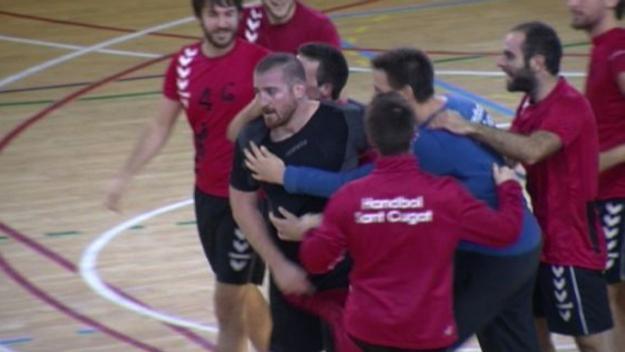Gerard March, amb la samarreta negra, celebrant un gol / Font: Cugat.cat