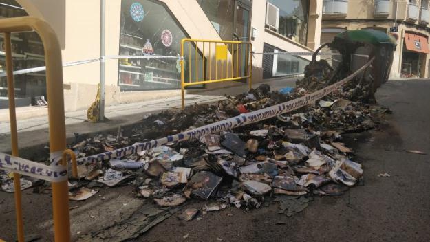 Cremen de nou contenidors al centre de Sant Cugat durant la matinada