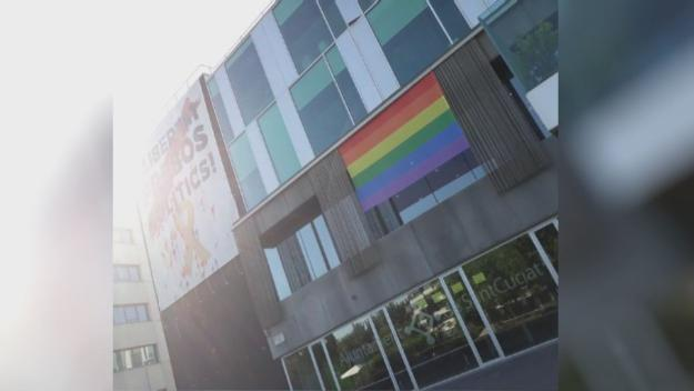La bandera de l'Arc de Sant Martí, a la façana de l'ajuntament