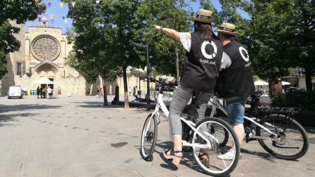 Els periodistes de Cugat Mèdia cobreixen la Festa Major sobre dues rodes