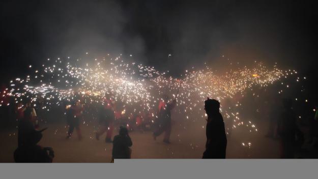 El correfoc infantil omple els carrers del centre de llum, foc i soroll