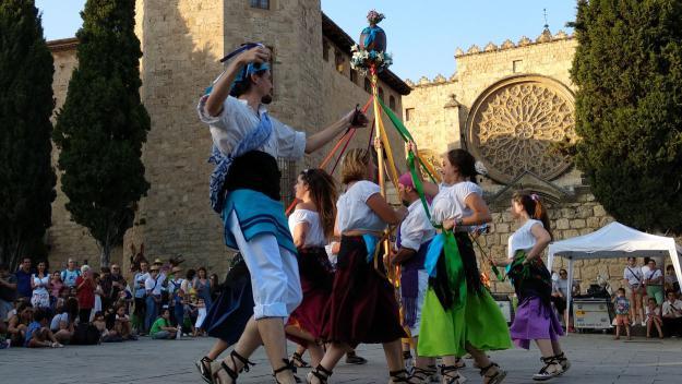 Una de les actuacions ha estat el Ball de fresques de Santa Coloma de Cervelló / Foto: Cugat Mèdia