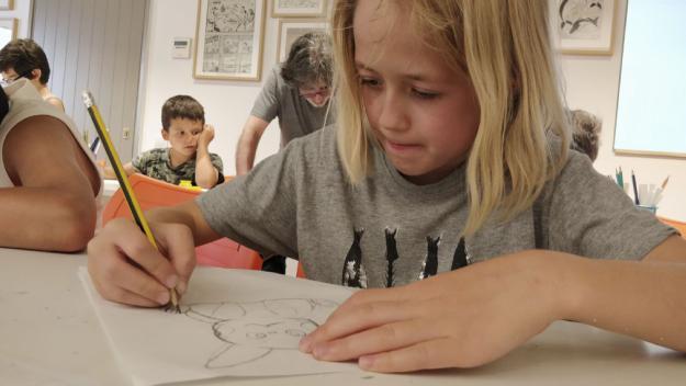 Una criatura dibuixant / Foto: Cugat Mèdia