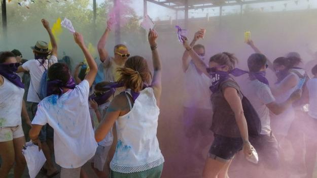 La festa Holi tenyeix de mil colors el parc de Ramon Barnils