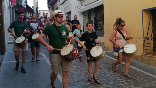 El graellers i timbalers han omplert els carrers de música / Font: Cugat.cat