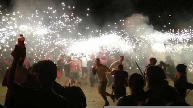 Posar-se al mig del foc dels Diables va ser una decisió espontània en una actuació a Barcelona / Foto: Cugat Mèdia