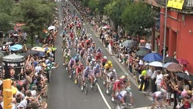 Els ciclistes, passant pels Quatre Cantons / Foto: Cugat Mèdia