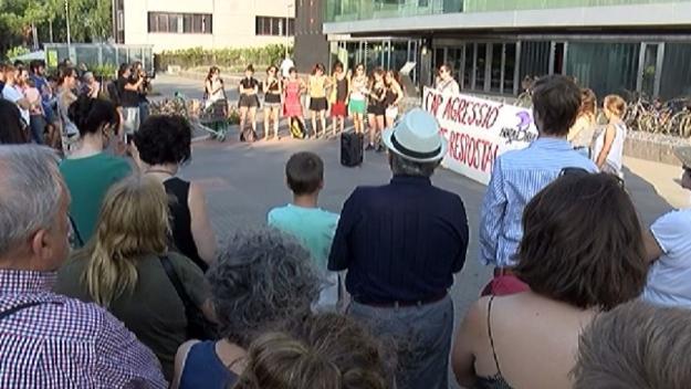 La concentració ha aplegat un centenar de persones a les portes de l'ajuntament / Foto: Cugat Mèdia
