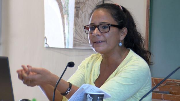 La investigadora Julieta Fuentes durant la conferència / Foto: Cugat Mèdia