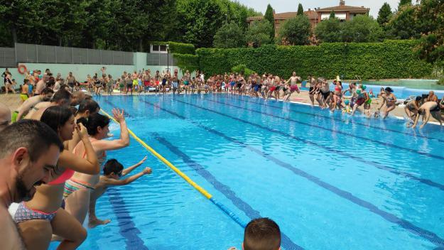 Moment del salt a l'aigua a les piscines del Parc Central / Foto: Cugat Mèdia