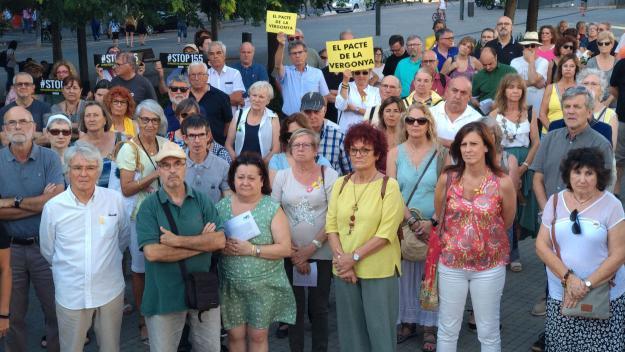 Unes 200 persones clamen davant l'ajuntament contra els pactes amb el PSC