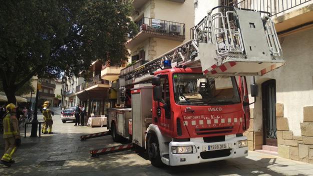 Una de les tres dotacions de Bombers que han arribat al lloc de l'incendi / Foto: Cugat Mèdia