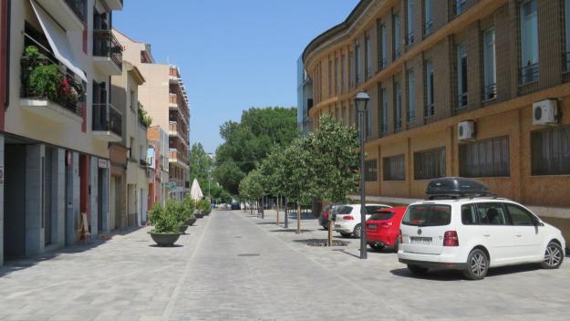 Una veïna del carrer de Castellví es queixa dels vehicles que aparquen davant l'escola bressol / Foto: Cugat Mèdia