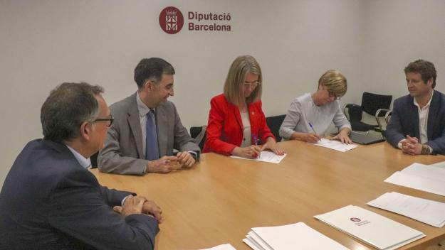 L'alcaldessa, Mireia Ingla, signant el crèdit / Foto: Diputació de Barcelona