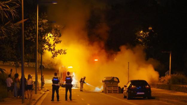 Cremen quatre contenidors a l'Avinguda del Bell Indret