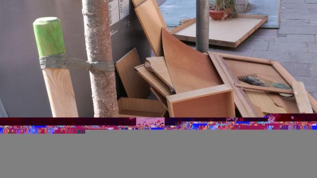 Brossa als contenidors de la plaça d'en Coll / Foto: Maria Ángeles Vilches