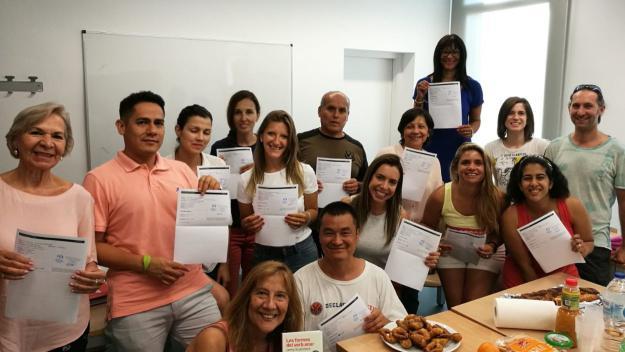 Alumnes del Servei Local de Català celebrant que han obtingut el seu certificat de nivell / Foto: cedida