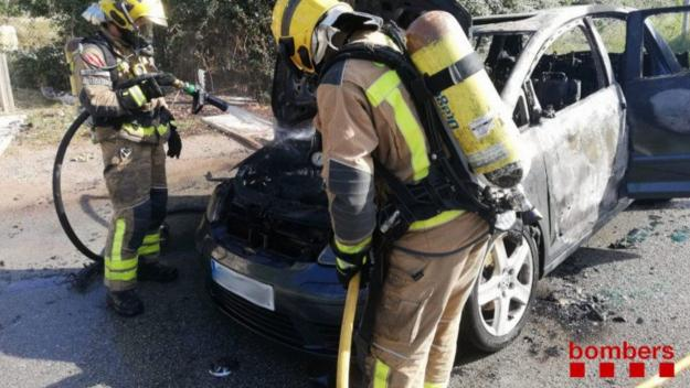 Un vehicle incendiat provoca una columna de fum a Can Calopa