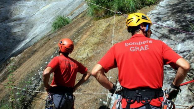 Un equip del cos de bombers del GRAE en un simulacre de rescat / Foto: acn